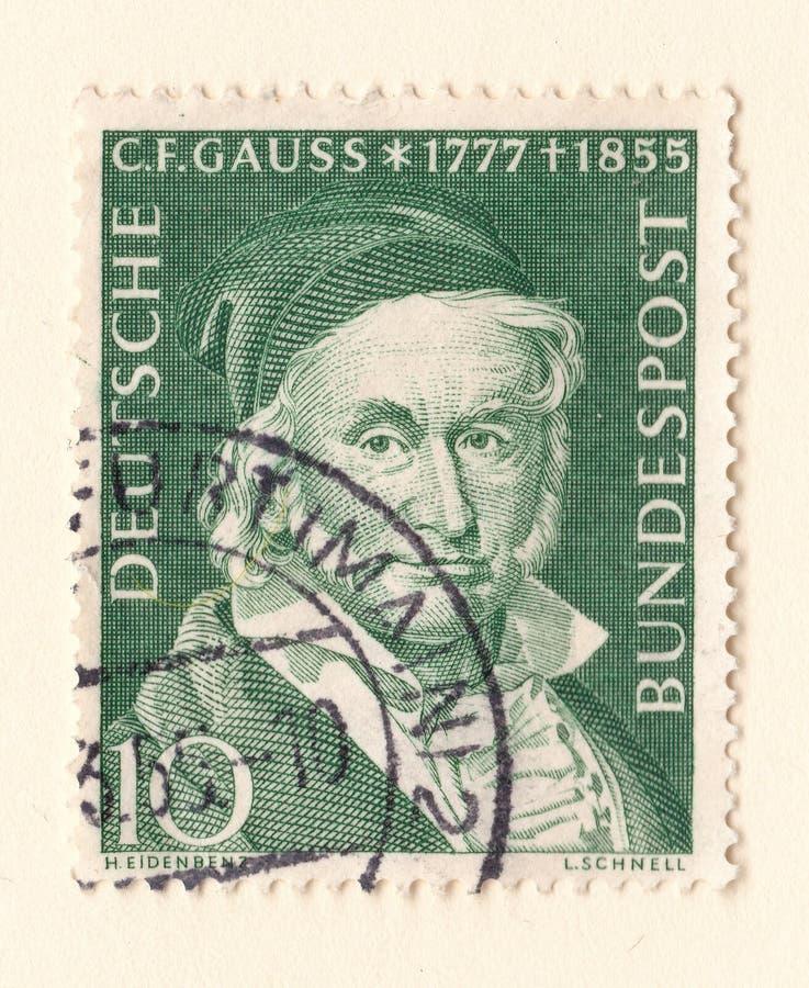 与约翰卡尔・弗里德里希・高斯的图象的一张老绿色德国邮票数学家和物理学家 图库摄影