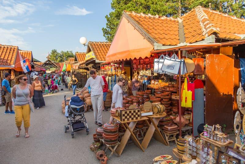 与纪念品的摊位在市场上在兹拉蒂博尔,塞尔维亚 库存图片