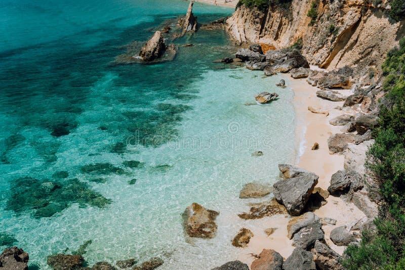 天然和空哪个重_与纯净的清楚的绿松石海水的暗藏的空的海滩在位于platys著名海滩的白