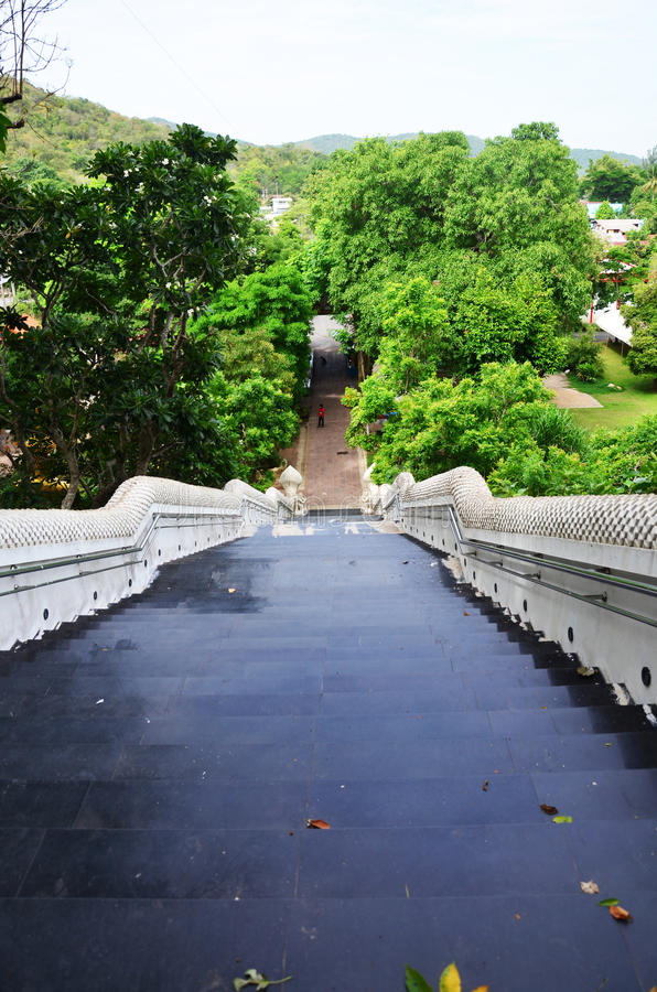 与纳卡人楼梯的门入口人走的去prayi 免版税库存照片