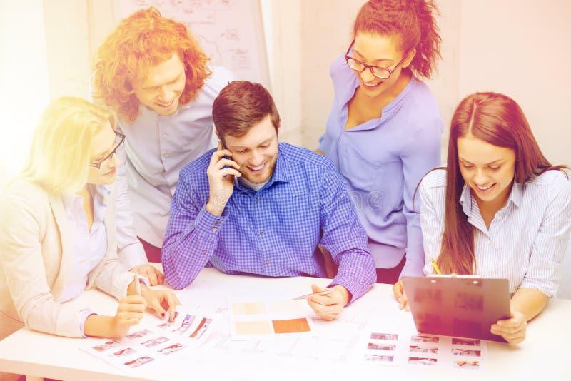 与纸和剪贴板的创造性的队在办公室 免版税库存照片