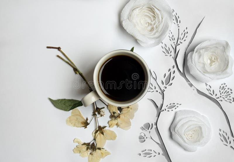 与纸和被按的花的咖啡 免版税库存图片