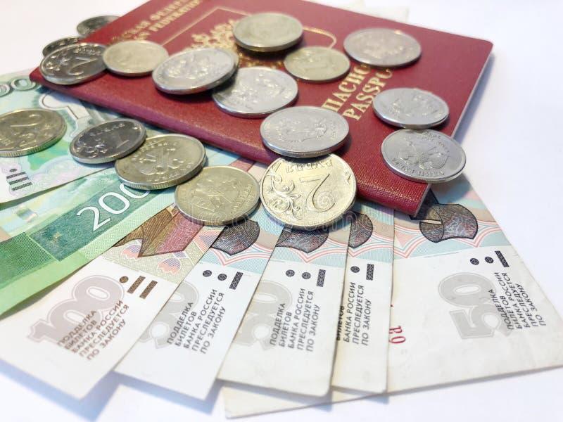 与纸币和硬币的护照 假期Flatlay在白色背景的 库存图片
