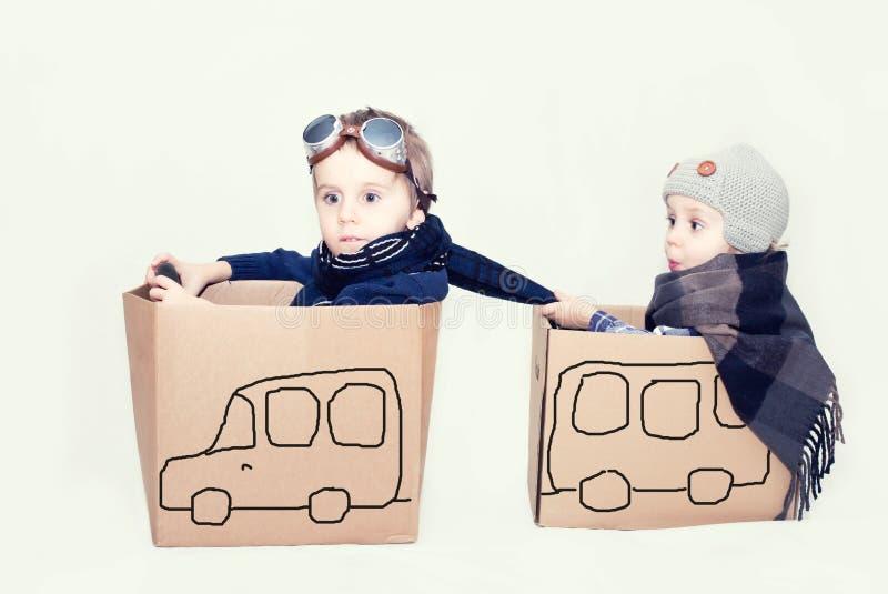 与纸板汽车的男孩戏剧 免版税库存图片