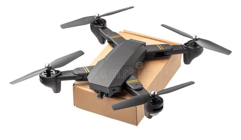 与纸板箱的寄生虫航空做交付 与照相机的寄生虫运载邮政小包 r 免版税库存图片