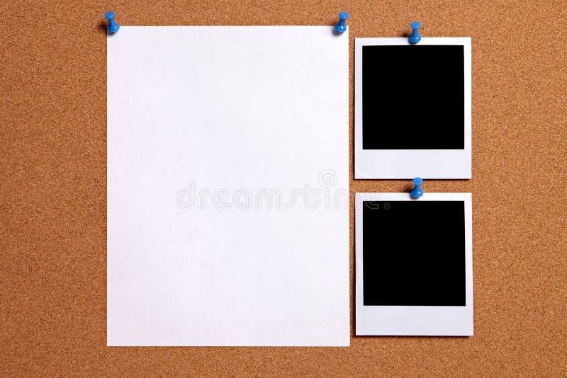 与纸海报的两个偏正片样式空白照片框架被别住对黄柏布告牌,拷贝空间 免版税库存照片
