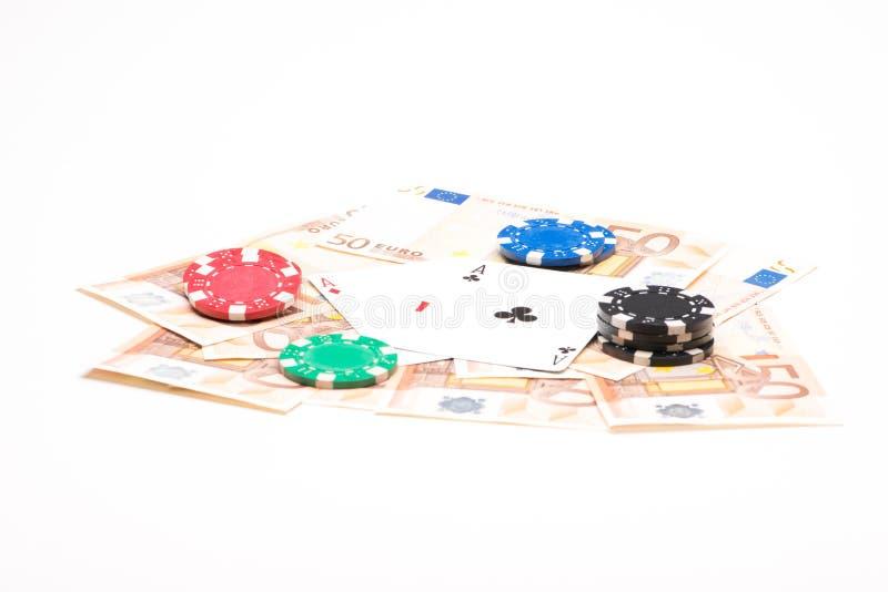 与纸牌筹码和卡片的金钱 免版税库存图片