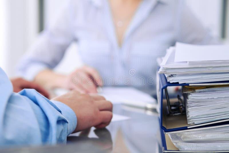 与纸的黏合剂等待由簿记员处理在迷离 会计计划预算,审计 免版税库存照片