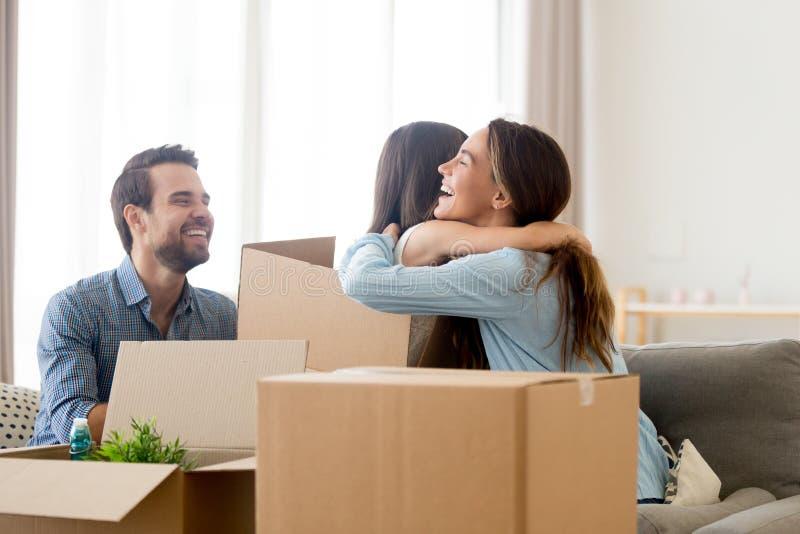 与纸盒箱子堆的家庭在客厅 免版税库存照片