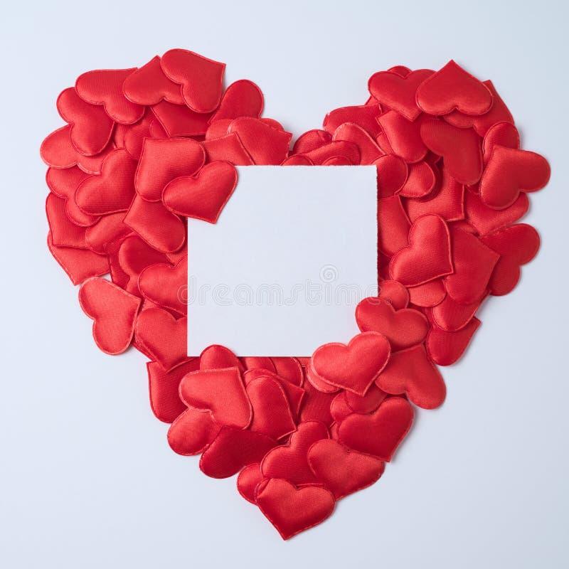 与纸笔记的心脏形状 免版税库存图片