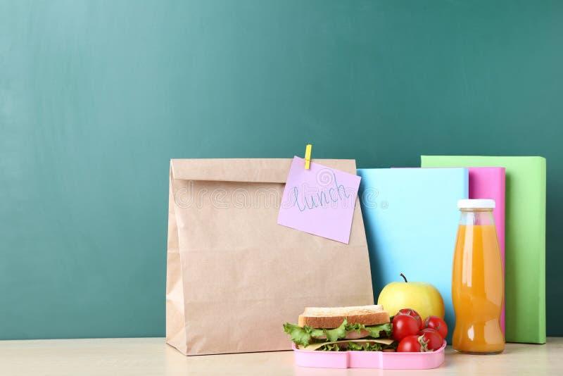 与纸袋的学校午餐 免版税库存照片