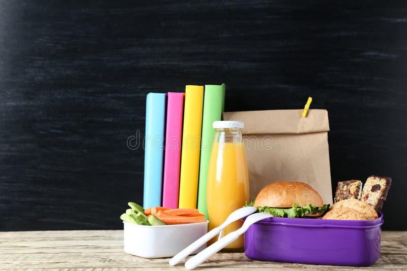 与纸袋的学校午餐 库存图片