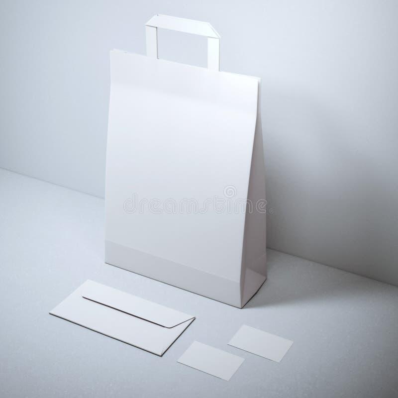 与纸袋的空白的文具 免版税图库摄影