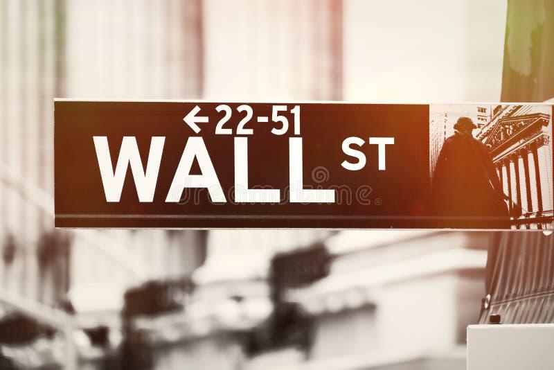 与纽约证券交易所的华尔街标志在背景 免版税库存照片