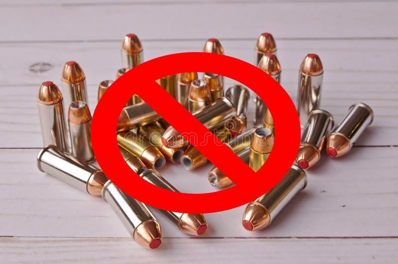 与线意思的一个红色圈子被取缔在一套手枪子弹 免版税库存照片