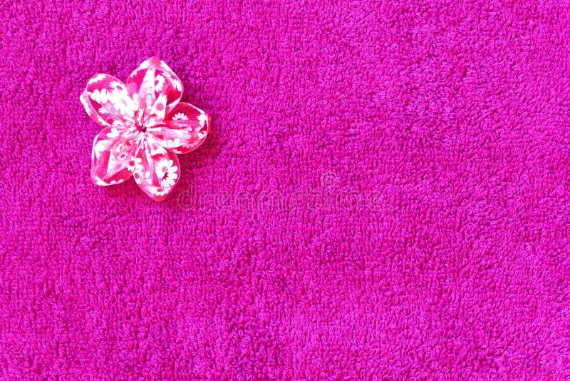 与织品花的桃红色特里毛巾背景对此 库存照片