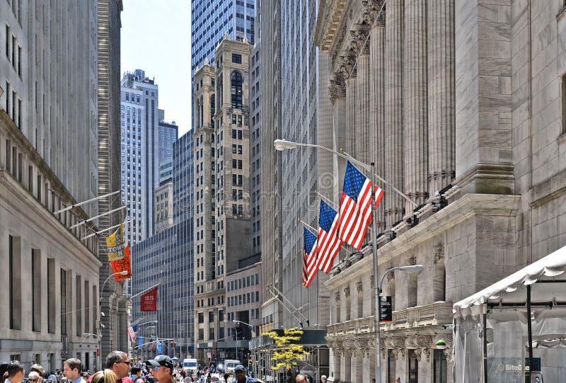 与经典专栏和美国的老建筑学和五颜六色的旗子的纽约,华尔街证券交易所  免版税图库摄影