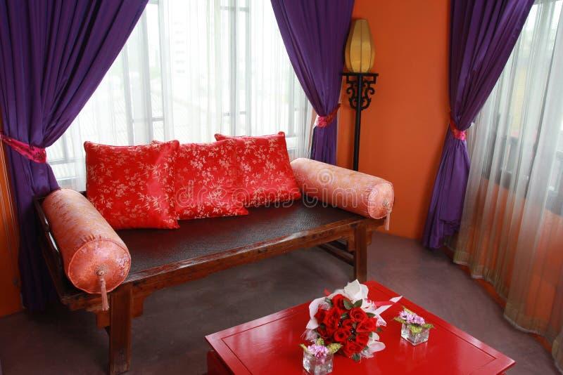 与经典中国家具的家庭客厅内部 库存图片