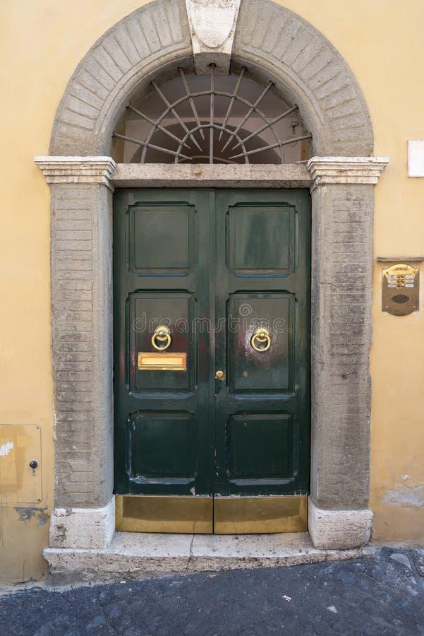 与经典装饰的门,在罗马,意大利 免版税库存图片