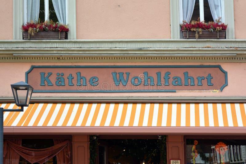 与经过整年卖圣诞装饰和文章德国公司Kathe沃尔法特的商标的商店前面  免版税库存图片