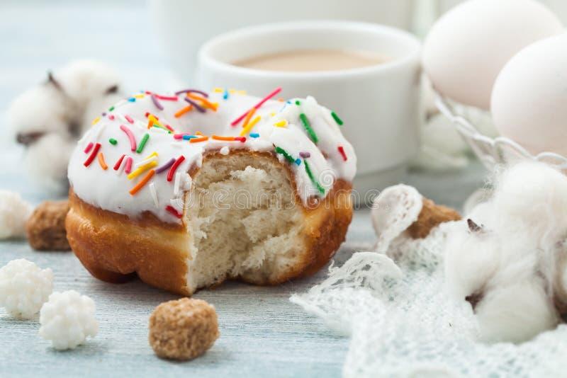 与结冰的油炸圈饼在一张白色桌上,白鸡蛋,复活节概念菜单,餐馆食谱概念服务  免版税库存图片