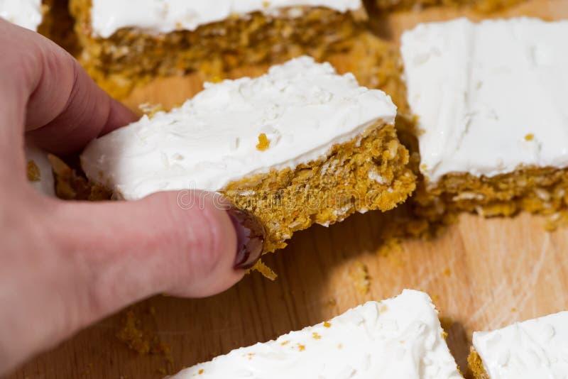 与结冰,特写镜头的胡萝卜蛋糕 免版税图库摄影