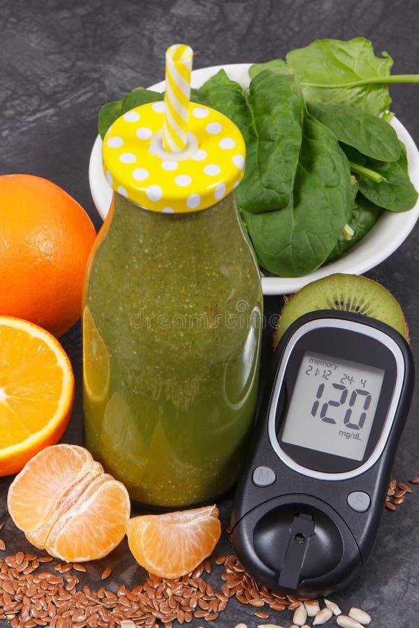 与结果糖水平和健康圆滑的人的Glucometer从水果和蔬菜当来源维生素和矿物 库存照片