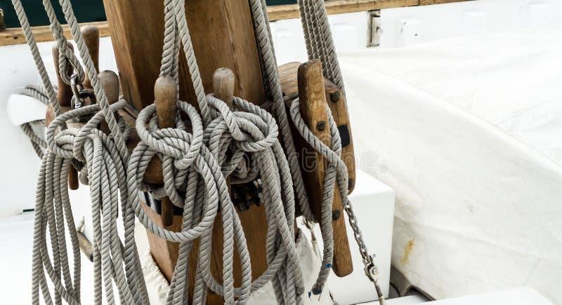 与结的拖曳在船帆柱 免版税库存照片