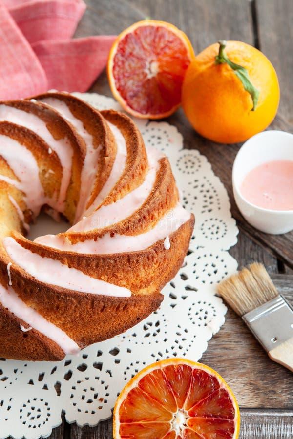 与结霜的美味的bundt蛋糕 免版税图库摄影
