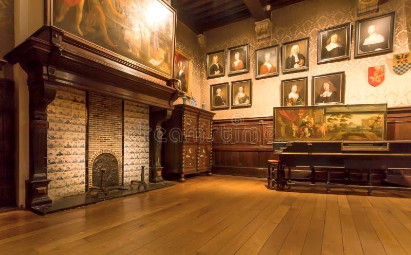 与绘画的在Plantin-Moretus打印博物馆,联合国科教文组织世界遗产名录站点里面的画廊和壁炉 库存照片