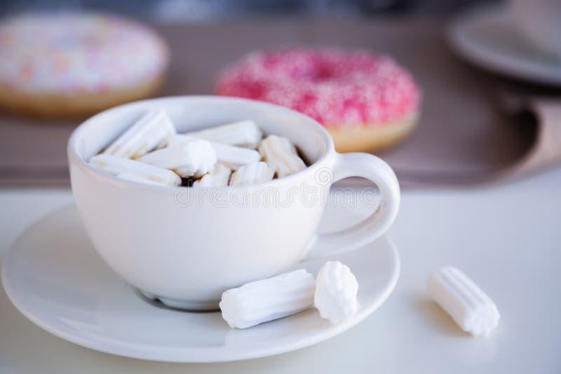 与给上釉的油炸圈饼的无奶咖啡 免版税库存照片