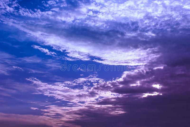 与给太阳投上阴影的一朵大云彩的美丽的天空 平静 免版税库存照片