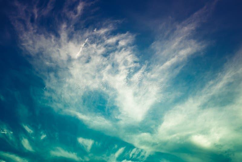 与给太阳投上阴影的一朵大云彩的美丽的天空 平静 免版税图库摄影