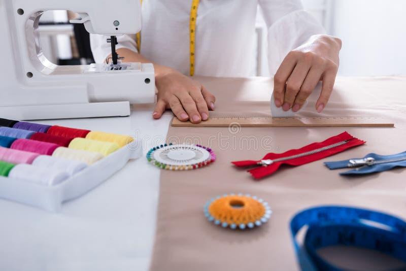 与统治者的时装设计师测量的织品 免版税库存图片
