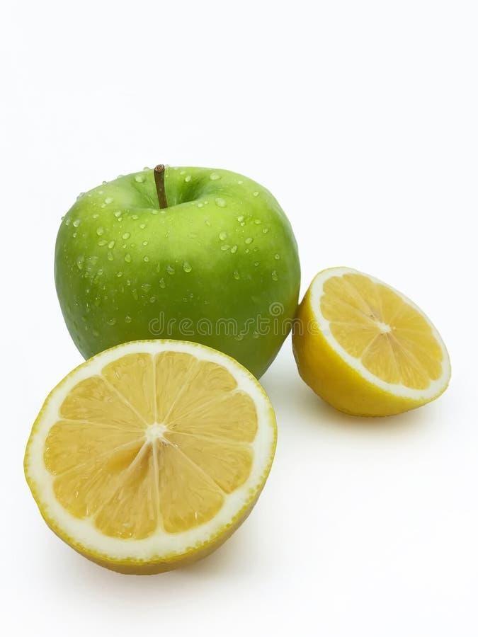 与维生素、绿色苹果和柠檬的健康果子 免版税图库摄影