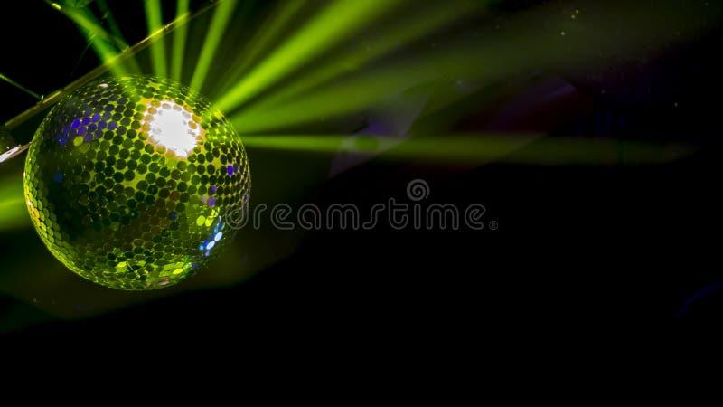 与绿色光反射的迪斯科球有黑暗的背景 库存照片