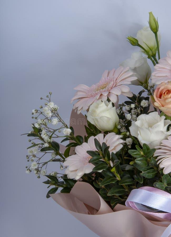 与绿色叶子明亮的照片的美丽的鲜花 免版税库存照片