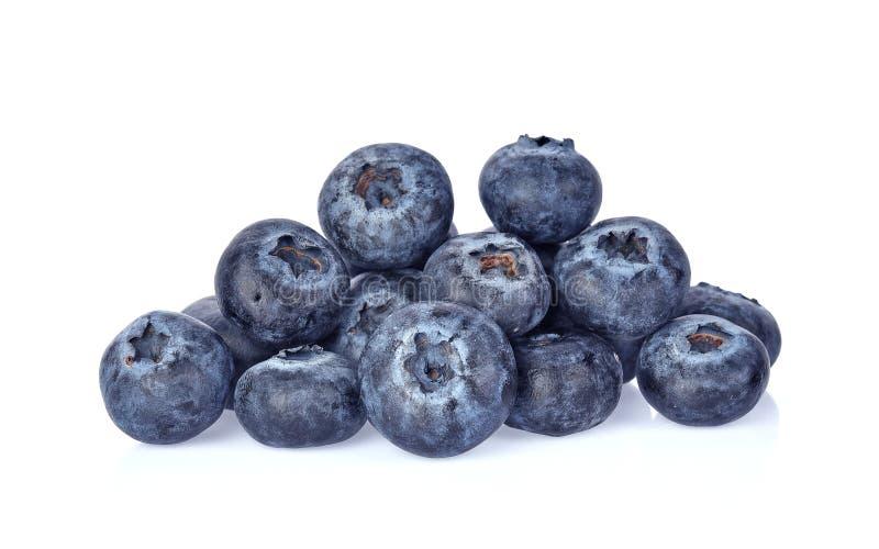 与绿色叶子特写镜头的蓝莓,隔绝在白色backgro 库存图片