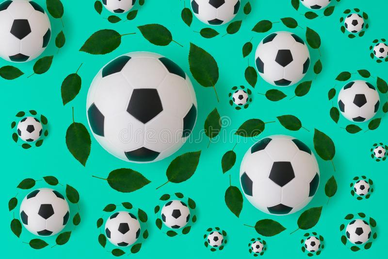 与绿色叶子的足球印刷品 库存例证