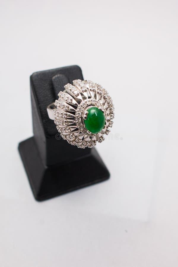与绿色宝石的银色手工制造优质伞头圆环 免版税库存图片
