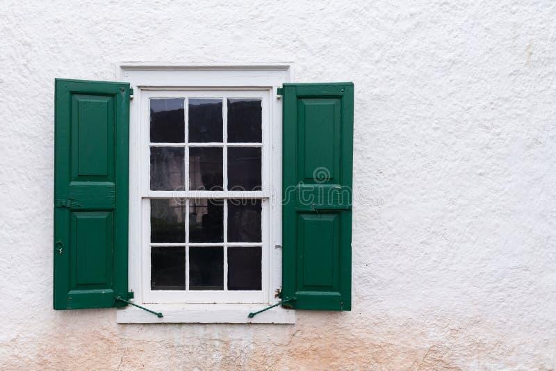 与绿色快门的老窗口 免版税库存照片