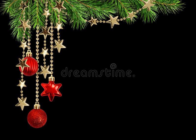 与绿色杉木枝杈和垂悬的红色deco的圣诞节安排 免版税库存照片