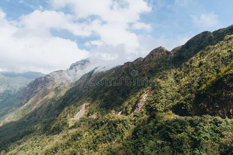 与绿色树的美好的风景在山和多云天空在Sa中 库存图片