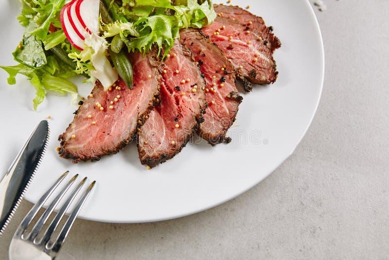 与绿色混合的烤牛肉沙拉 免版税库存图片