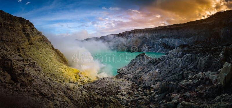 与绿色湖的Kawah伊真火山火山在平均观测距离的蓝天背景的 免版税库存图片