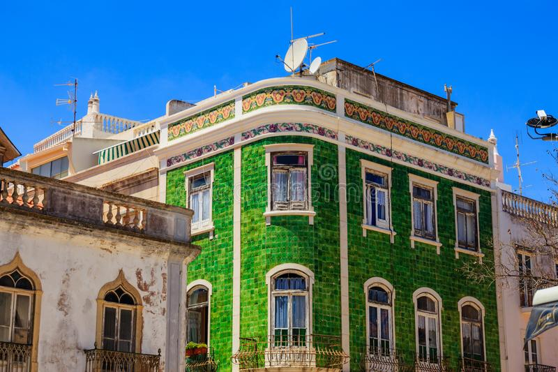 与绿色瓦片的地中海房子门面 免版税库存照片