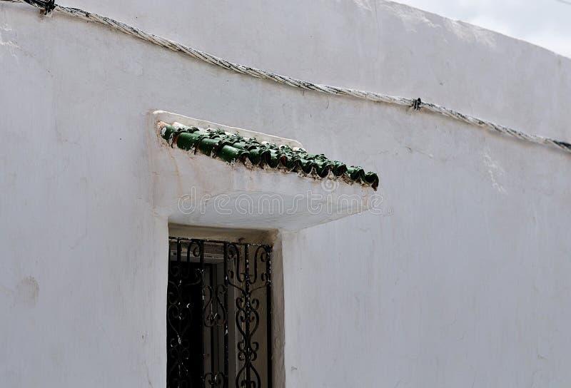 与绿色瓦的门廊 免版税库存图片