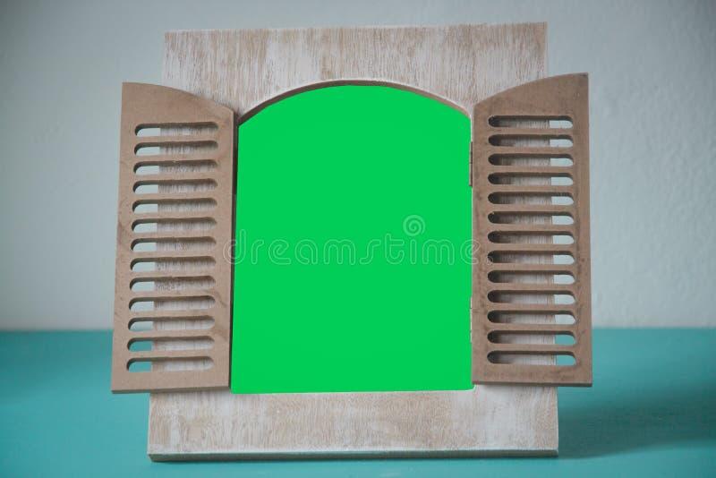 与绿色空间的木画象 免版税库存图片