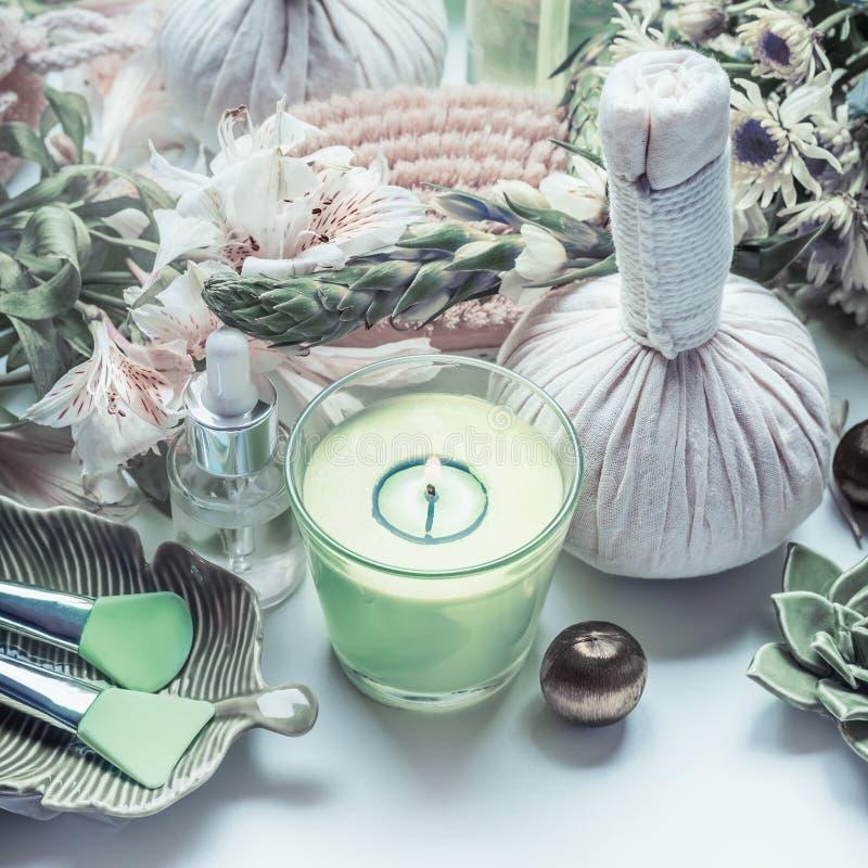 与绿色蜡烛的温泉治疗,按摩草本球和自然健康工具 库存照片