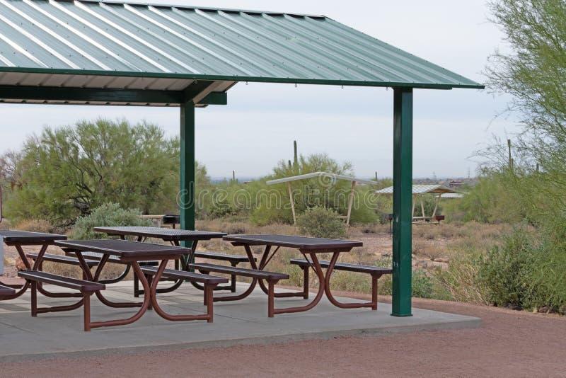 与绿色金属屋顶和采撷裂口桌的眺望台 库存图片